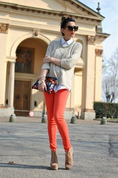 Here you will find the best looks of people wearing orange jeans . Find photos with people wearing orange jeans and discover how to wear orange jeans with different colours, patterns and brands. Colored Jeans Outfits, Colored Pants, Colored Denim, Jeans Coral, Pastel Jeans, Blue Jeans, Denim Jeans, Collar Shirt With Sweater, Crewneck Sweater