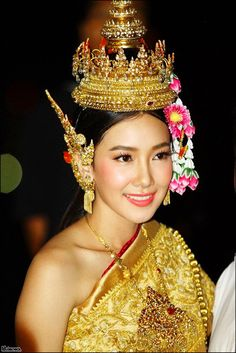 Girl from Thailand Thai Traditional Dress, Traditional Fashion, Traditional Outfits, Traditional Hairstyle, Thai Fashion, Oriental Fashion, Thai Wedding Dress, Thailand Fashion, Costumes Around The World