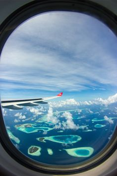 Impressive airplane window seat photo above the Maldives. Sky View, Hublot Avion, Airplane Window View, Maldives Destinations, Travel Destinations, Visit Maldives, Airplane Travel, Morning Pictures, Travel Aesthetic