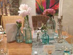 ♥♥♥ Original Vintage Tischdekoration mit Flaschen-Vasen in sommerlichem Türkis. www.weddstyle.de