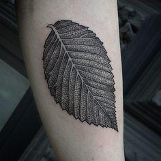 🍃 Time Tattoos, Tattoos For Guys, Leaf Tattoos, Photomontage, Tree Roots Tattoo, Autumn Tattoo, Green Tattoos, Beste Tattoo, Skin Art