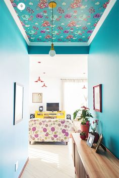 Elis Gonçalves - Casa Aberta A Elis decidiu que queria colocar um papel de parede na sala, encontrou esse, mas era muito caro para colocar em todas as paredes. Foi aí que uma amiga deu a ideia de colocar só no teto, e ela adorou.