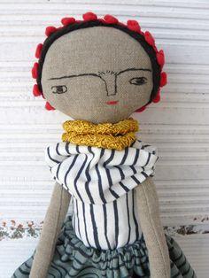 Muñeca Frida Kahlo en algodón y lino. Número 6 de la serie de Frida Kahlo. 33 centímetros de AntonAntonThings en Etsy