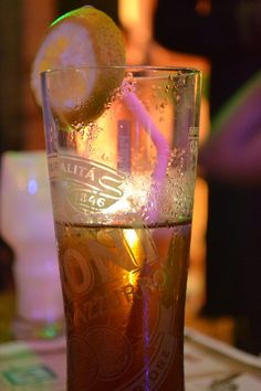The Long Island Iced Tea was named for its resemblance to non-alcoholic Iced tea. Vodka Drinks, Cocktail Drinks, Beverages, Party Drinks, Alcoholic Iced Tea, Tequila, Long Island Iced Tea Recipe, Coca Cola, Gin