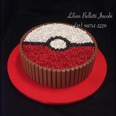 Bolo KitKat com tema Pokébola . Dentro não tem um Pokémon!!Tem bolo de baunilha com recheio de brigadeiro Ninho. Inspirado em imagem do Google.