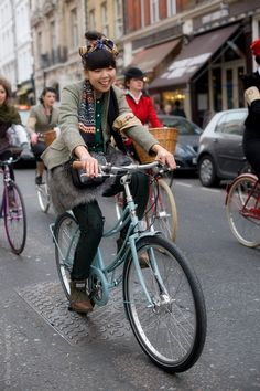 Susie lau of style bubble in a cute layered outfit Id rock and a bike I'd ride (with a cute helmet added of course) to my workplace hopefully. Cycle Chic, Estilo Dandy, Tweed Run, Scandinavian Fashion, Layering Outfits, Bike Style, Cool Style, My Style, Haute Hippie