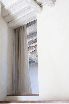 Hotel del Teatre. Regencós. Girona Proyecto: Sandra Tarruella Interioristas. Cortinas en lino 100%
