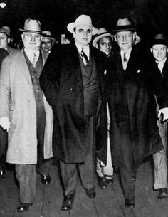 Al Capone and his gangsters, like many men of the wore suits with long jackets and fedoras on a daily basis. When they went somewhere more formal, tuxes were expected to be worn.----- One of the most famous gangsters of the also from the chicago area. Al Capone, Real Gangster, Mafia Gangster, Gangster Quotes, Italian Gangster, Gangster Style, Roaring Twenties, The Twenties, 1920s Gangsters