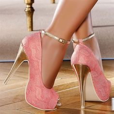 Zapato de tacón rosa y dorado. Peep toe rosa con pulsera dorada. luxury shoes, heels, high heels, stiletto, women shoes