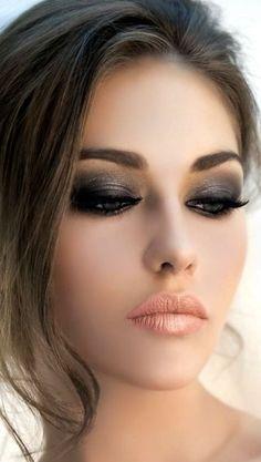 Maquiagem para noite esfumado preto e boca nude coral
