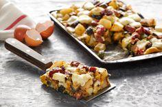 Στην εξοχή, στο σάντουιτς, σκέτη, η ομελέτα αυτή είναι απλή, γρήγορη και τα έχει όλα. Κολοκυθάκια, μελιτζάνες, πατάτες, λουκάνικο, γραβιέρα Χωριό. Απόλαυση!