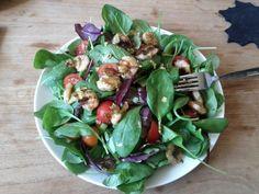 Heerlijke lunch; sla gemixed met spinazie, cherrie tomaatjes en als topper gegrilde knoflook met pesto garnalen!