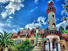 El Capricho de Gaudí es uno de sus primeros edificios lo cual lo convierte en una de sus obras más importantes ya que refleja el estilo de su primera época.  El Capricho muestra la plenitud de la tendencia oriental como se aprecia en la torre-minarete (o alminar persa).
