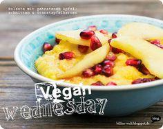 Polenta mit gebratenen Apfelscheiben und Granatapfelkernen, Salat mit Avocado und Körnern, Zucchini-Karotten-Röstis