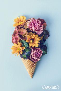 Pra uma decoração única, a dica é misturar elementos! Flores coloridas e uma casquinha de sorvete é uma dupla bem criativa pra você usar na parede de casa. Não ficou demais? ;)