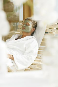 Several times a day we offer you some care specials for free. A salt scrub with circulation-promoting effect, a moisture mask, a cleansing mask with peloids and a clarifying mask with healing chalk. The selected mask should be remain for 10 minutes on your skin, before it is rinsed with clean warm water. You get an optimal result when the mask is applied after a visit in the steam room.