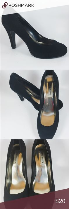 STEVE MADDEN BLACK Round toe pumps SIZE 7 1/2 True to size are these cute round toe pumps by famous designer STEVE MADDEN IN SIZE 7 1/2 Shoes Heels