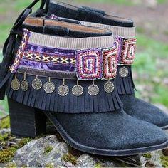 Cubrebotas étnico, elaborado con pasamanerías, abalorios y monedas. Adorno para decorar tus botas, que se adapta a cualquier bota o botín.