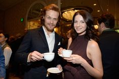 Outlander's Sam Heughan & Caitriona Balfe Drink Tea Together! Sam Heughan and Caitriona Balfe get ready to drink up while attending the 2015 BAFTA Los Angeles Tea Party held at the Four Seasons Hotel on Saturday afternoon (January… Caitriona Balfe Outlander, Sam Heughan Outlander, Diana Gabaldon Outlander Series, Outlander Tv Series, Outlander Costumes, Outlander Season 3, Jaime Fraser, Samheughan, Sam And Cait
