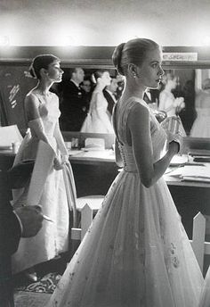 Audrey Hepburn and Grace Kelly backstage at the 1956 Oscars. Amazing Photo!!!