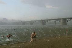 Inusual tormenta de granizo sorprende a los bañistas