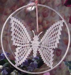 Ci sono dei motivi per arredare all'uncinetto facili come questa farfalla da appendere ad una finestra. Ma questo motivo potrebbe servire anche come applic