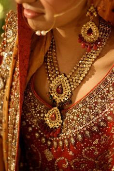 Desi Bride Details- excellent use of gem stones and a very North Indian, Rajasthani touch :) Pakistani Jewelry, Indian Wedding Jewelry, Pakistani Bridal, Indian Jewelry, Mughal Jewelry, Indian Weddings, Ethnic Jewelry, Pakistani Dresses, Antique Jewelry