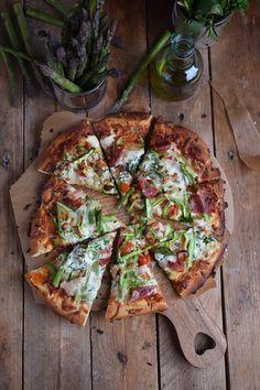 Mini Spargel Pizza mit Basilikum Tupfen   Das Knusperstübchen