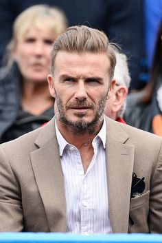 Are you searching for the best celebrity hairstyles for men? If yes, check out this list of top 10 popular celebrity hairstyles for Men. David Beckham 2016, Style David Beckham, Moda David Beckham, Football Anglais, Gq, Beckham Suit, Look Fashion, Mens Fashion, Victoria And David