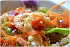 Le mois de juin est là, l'été le sera bientôt : les salades sont de circonstance, non ? Celle que je vous propose aujourd'hui est un condensé de tout ce que j'aime : ✿ Le quinoa (que je préfère au riz ou aux pâtes dans une salade) ; ✿ Les tomates cerise,...