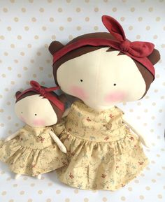 Sweetheart dolls mãe e filha bege e vinh Fabric Toys, Fabric Scraps, Tilda Toy, Sewing Dolls, Diy Doll, Toy Boxes, Doll Accessories, Doll Patterns, Plushies