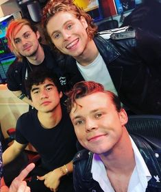 Mikey dyed his hair again Luke Hemmings, 5sos Pictures, 5sos Pics, Group Pictures, Bae, Michael Clifford, Mikey Clifford, Ashton Irwin, Calum Hood