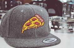 Lecker Pizza Cap! Wählt euch aus unseren Fertigmotiven doch einfach das passende Motiv aus...und wir besticken euch das Cap so wie ihr es wollt! Snapback Cap, Hats, Style, Fashion, Simple, Swag, Moda, Hat, Fashion Styles