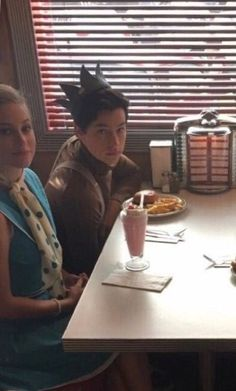 too cutee ahhhh Cole M Sprouse, Cole Sprouse Jughead, Dylan Sprouse, Bughead Riverdale, Riverdale Funny, Riverdale Memes, Netflix Cast, Betty & Veronica, Riverdale Characters
