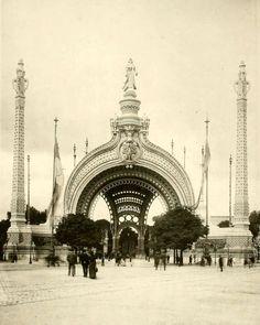 The Entrance Gate at the 1900 Exposition Universelle, Paris Vintage Architecture, Classical Architecture, Historical Architecture, Architecture Details, Paris 1900, Old Paris, Paris France, Architecture Mapping, Ancient Buildings