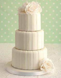 圖片來源:http://www.maisiefantaisie.co.uk/cakepopup/diamante-stripe-wedding-cake.jpg。