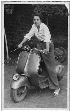 Vespa Motor, Vespa Scooters, Vintage Vespa, Piaggio Vespa, Retro Scooter, Scooter Girl, Vespa Smallframe, Biker Girl, Girl Motorcycle