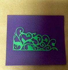 Recorte em papel para decorar seus trabalhos de scrapbook, albums, convites, etc. <br>Pode ser feito nas cores primárias (favor solicitar) dependendo do estoque. <br>Verificar política da loja.