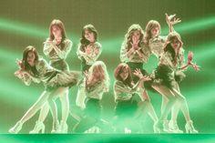 美脚を活かしたダンスでも魅了した少女時代(左から)ソヒョン、ユリ、テヨン、ヒョヨン、サニー、ティファニー、ユナ、スヨン