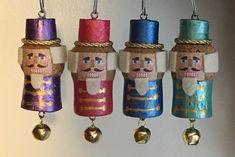 Topolino e Minnie con i tappi di sughero Wine Cork Art, Wine Cork Crafts, Wine Corks, Cork Christmas Trees, Diy Christmas Ornaments, Champagne Cork Crafts, Champagne Corks, Wine Cork Ornaments, Advent