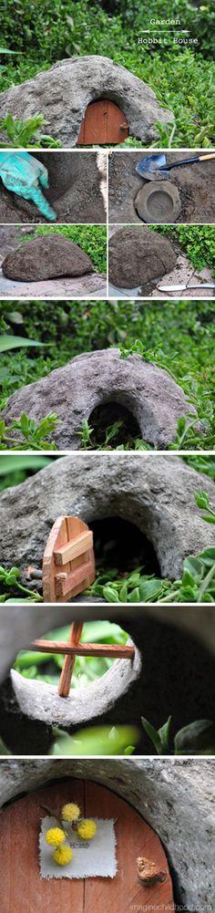 Garden Hobbit House - miniature garden for little E Garden Crafts, Garden Projects, Garden Art, Fairy Garden Houses, Gnome Garden, Fairies Garden, Fairy Village, Fairy Doors, Miniature Fairy Gardens