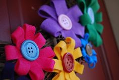 http://www.artedelricamo.com/hobby-creativi/come-creare-fiori-in-feltro.html