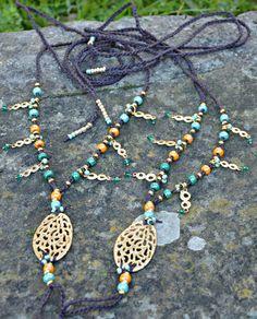 Oro satinato, bronzo, perle luster di vetro cecoslovacco, charms con cristalli annodati a mano per questi sandali lussuosi e deffetto!  Con