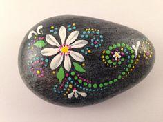 Marguerite blanche est peint sur la pierre de rivière gris à la main.  Couleur: - Design est une fleur blanche avec des feuilles vertes, avec le
