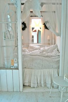 I love alcove beds (beds nested in walls or deep-inset spaces). Beds are transformed into secret, special, and tranquil little hideaways for dreaming and resting.