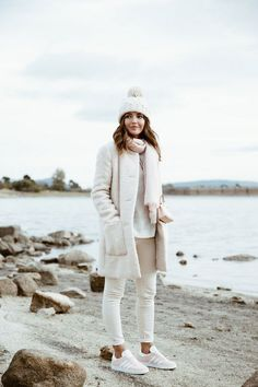 Hola Chicas!! Me encantan estos outfits en color beige, crema, caqui, blanco, creo que comprar prendas de este color para el invierno, le darán un toque muy juvenil y fresco