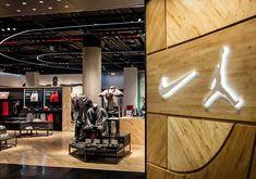 Inside the Nike & Jordan Basketball Experience Store in Beijing - EU Kicks: Sneaker Magazine Basketball Store, Jordan Basketball, Basketball Tips, Nike Retail, Grolet, Basketball Photography, Nba Store, Curvy Petite Fashion, Retail Experience