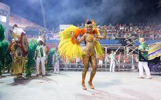 Com apenas a tinta cobrindo o corpo, musa Aline Bernardes mostrou que tem samba no pé no desfile da Mancha Verde