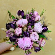 Pink-purple wedding bouquet. Made of peonies, tulips and chamelaucium, it is suitable for a delicate bride.   Buchet de mireasa cu bujori roz, lalele mov şi chamelaucium. Este un buchet potrivit pentru o mireasa delicata