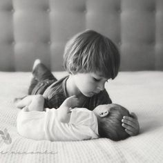 This is such a sweet newborn photo with the big brother. So adorable and real. Newborn photography | children's photography | siblings photo | lifestyle newborn